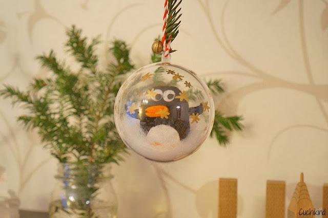 Pinguin in der Weihnachtskugel