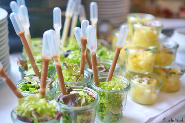 Leckerer Salat mit Pipetten-Dressing