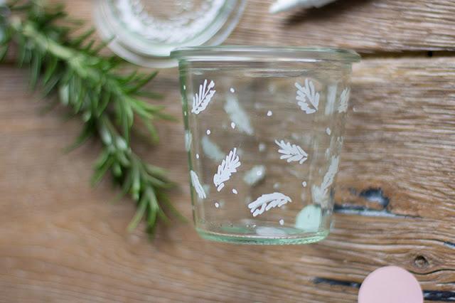 Tannenzweige auf Glas