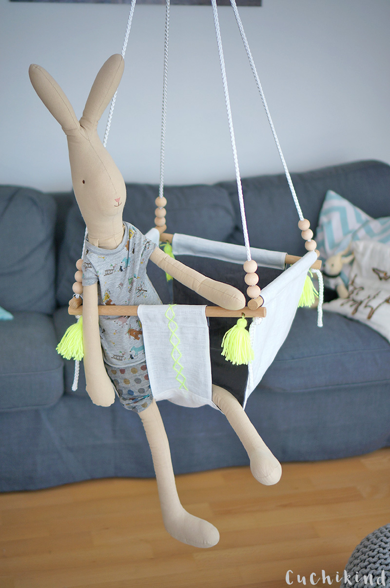 Maileg Hase in selbstgebauter Babyschaukel mit neongelben Quasten