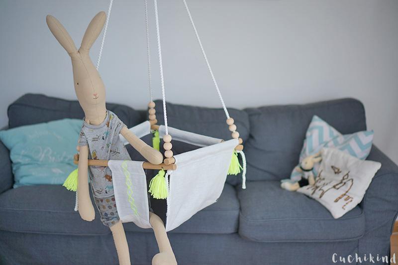 Babyschaukel vor grauer Couch mit Maileg-Hase